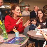 """Nach demEisessen unterhält sich Kate mit einigen anderen Gästen im """"Joe's Ice Cream Parlour""""."""
