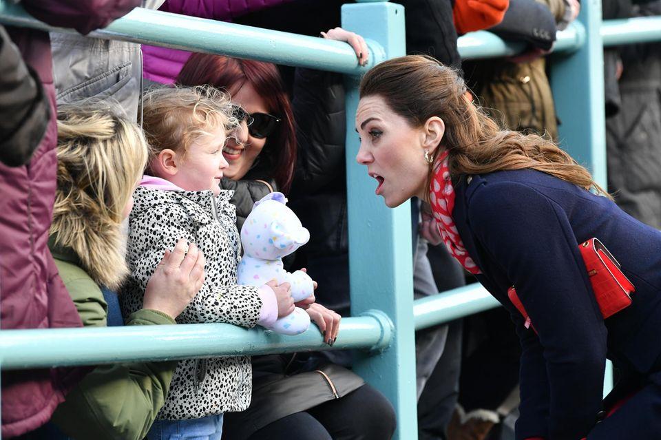 Herzogin Catherine im Gespräch mit einem kleinen Mädchen