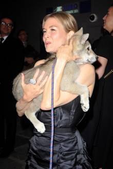 Renee Zellweger trägt einen Hundewelpen auf dem Arm
