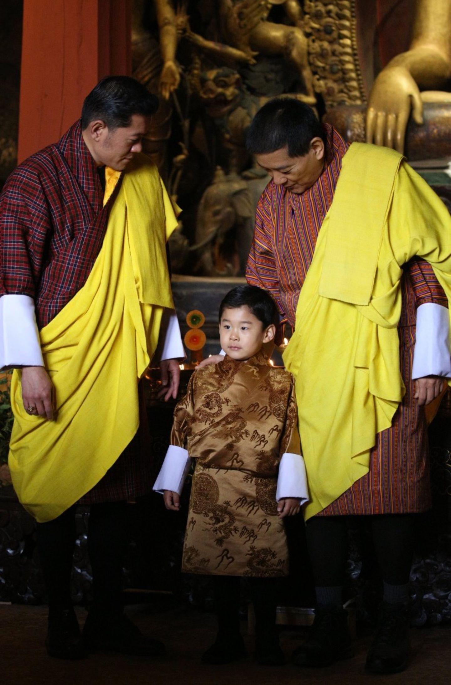 König Jigme von Bhutan und Mitglieder der königlichen Familie feiern den 4. Geburtstag seines erstgeborenen SohnesPrinz Jigme Namgyel Wangchuck mit einer heiligen Zeremonie. In seinem festlichen Gewand sieht der junge Mann bereits ganz schön groß geraten aus. Gute Voraussetzungen für seine anstehenden Aufgaben als großer Bruder. Seine Mama,Königin Jetsun, ist guter Hoffnung.