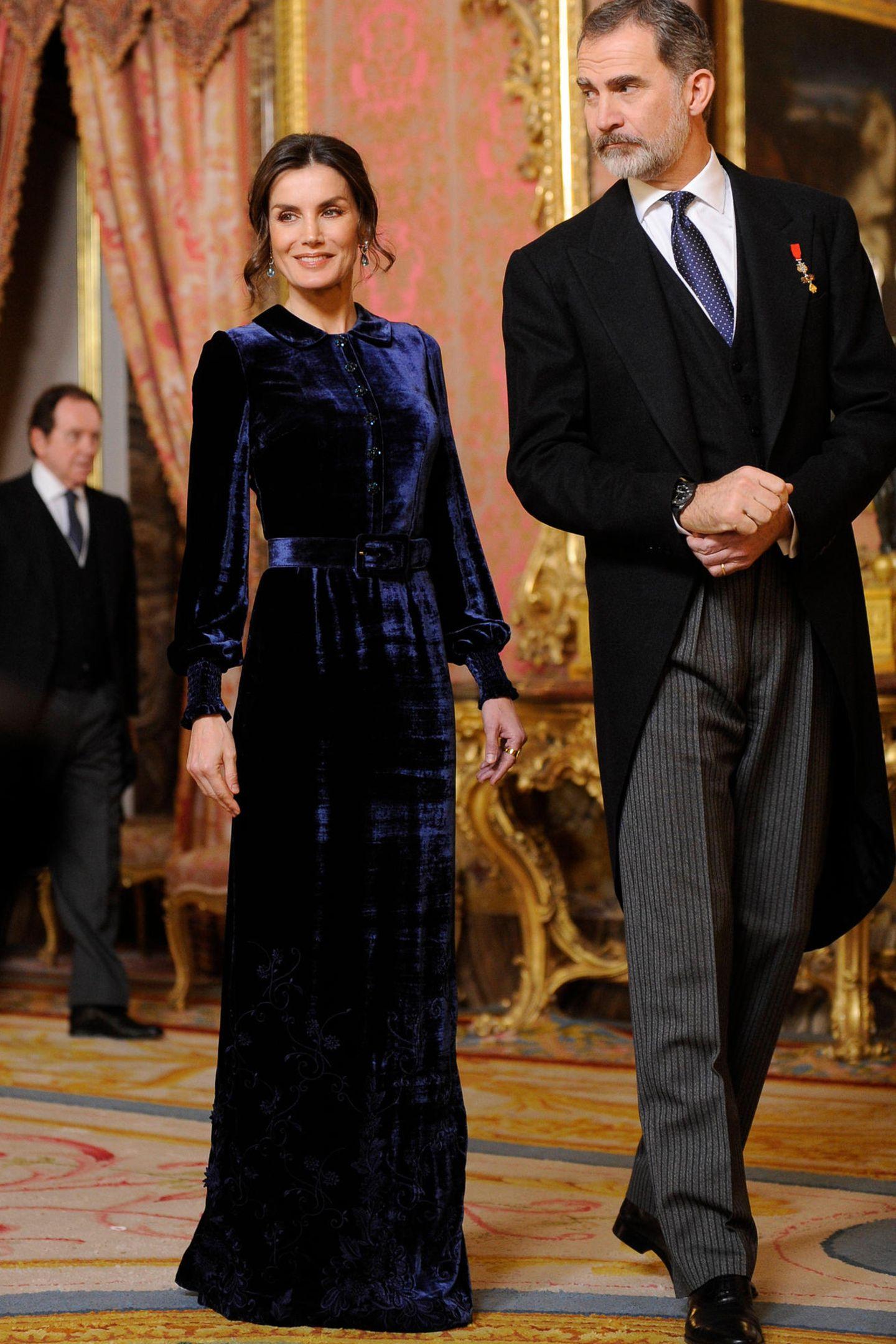 Wow, Königin Letizia strahlt bei einem Empfang in Madrid: Sie trägt ein hochgeschlossenes Samtkleid in - wie passend - Königsblau von Felipe Varela.
