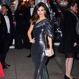 In einem Glitzer-Kleid mit asymmetrischen Schnitt strahlt Schauspielerin Victoria Justice auf der AmfAR Gala in New York City.