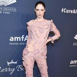 Model Coco Rocha wählt einen Rüschen-Overall des Designers Jean Paul Gaultier. Die Farbe lässt das Model etwas blass wirken.