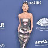 Elsa Hosk posiert trotz hautengemMetallic-Kleid lässig und cool auf dem Red-Carpet in New York.