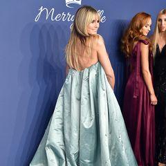 ... denn auch von hinten unter ihrer Schleppe, könntedas deutsche Supermodel problemlos den ein oder anderen Gast auf die Benefiz-Gala schmuggeln.
