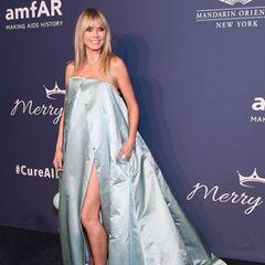 Unter diesem opulenten Gewand kreiert vonStephane Rolland kann Heidi Klum am Abend der AmfAR Gala allerhand kaschieren. Und das trotz sexy Beinschlitz ...
