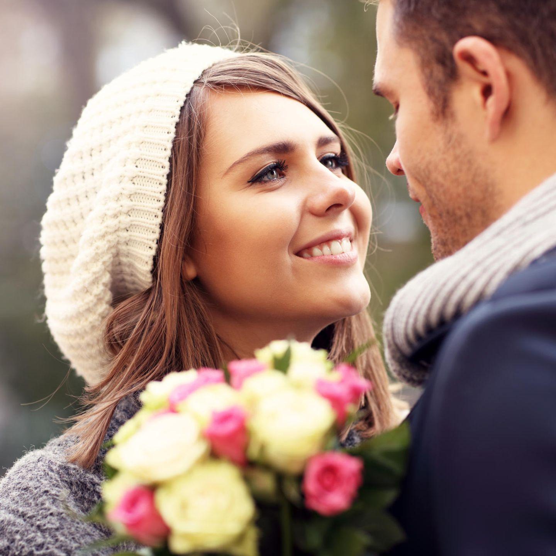 verliebtes Paar, innige Blicke, Blumenstrauß, Rosen