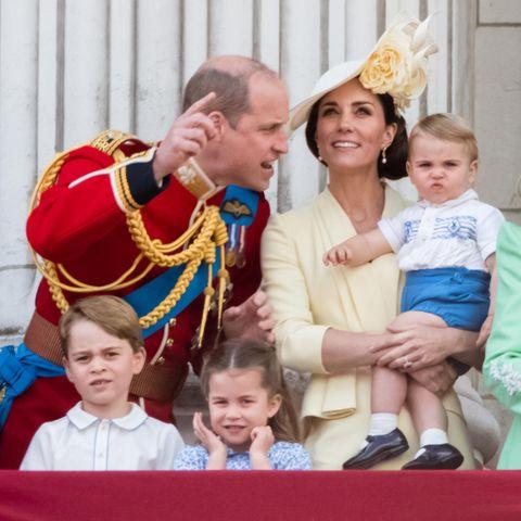 Die Familie Cambridge: Prinz William, Herzogin Catherine mit Prinz Louis auf dem Arm sowie Prinz George und Prinzessin Charlotte im Vordergrund.