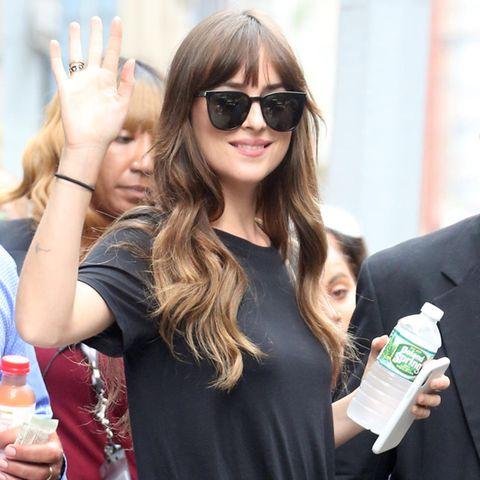 Wasser trinken: Dakota Johnson hat eine Wasserflasche dabei.