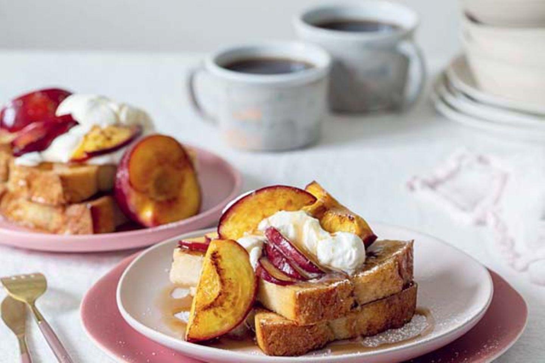 French-Toast mit warmer Nektarine und Ahornsirup-Sahne