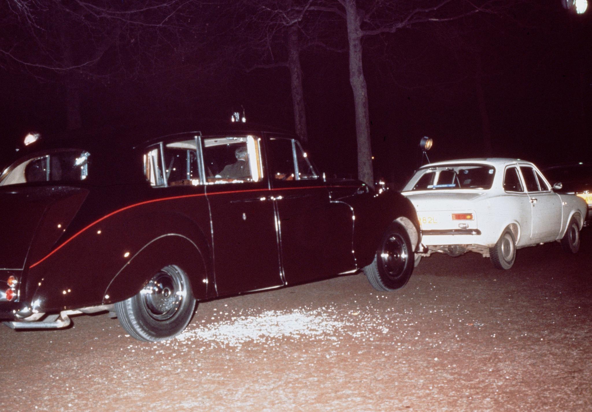 20. März 1974: Das Auto, in dem Prinzessin Anne saß, und der weiße Ford Escort von Angreifer Ian Ball.