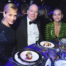 """Fürst Albert von Monaco setzt sich mit seiner Stiftung für den Schutz der Ozeane ein, und dieses Engagement wird bei der """"Hollywood For The Global Ocean""""-Gala geehrt. InLos Angeles kann sich Albert über prominente Unterstützung freuen, und so genießt er den Abendin schönster Gesellschaft an der Seite von Uma Thurman und Sharon Stone."""
