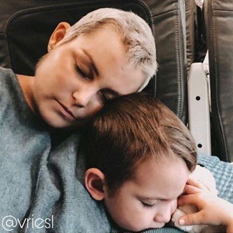 Mia de Vries mit Sohn Levi