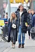 Nachdem gerade ihre Verlobung bekannt wurde, sieht man Sienna Milleran der Seite ihrer groooßen Liebe durch New York schlendern. Ihr Partner, Galerist Lucas Zwirner, ist zwar 10 Jahre jünger, überragt die 1,65 m große Schauspielerin aber um zwei Köpfe.