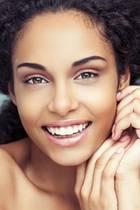 Junge Frau mit schönem Gesicht und glatter Haut