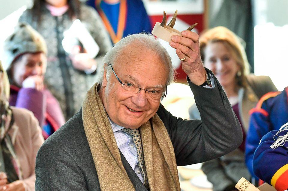 König Carl Gustaf albert mit einer Holzkrone herum