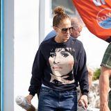 Jennifer Lopez spaziert im derzeit wohl angesagtesten Pullover durch Miami: Das It-Piece von Coach (ca. 220 Euro) zeigt das Gesicht von Pop-Ikone Barbra Streisand.