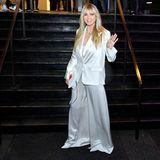 Heidi Klum präsentiert ihren Look aber natürlich auch noch mal komplett: Sie trägt einen zweiteiligen Oversize-Seidenanzug. Die Meinungen hierzu? Gehen auseinander …