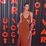Beim Event von Bulgari lässt Candice Swanepoel ihren Mantel runter – um Blick auf ihr rostfarbenes Kleid mit Cut-Outs zu geben.