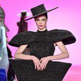 Das Model präsentiert die extravaganten Entwürfe des US-amerikanischen Designers.