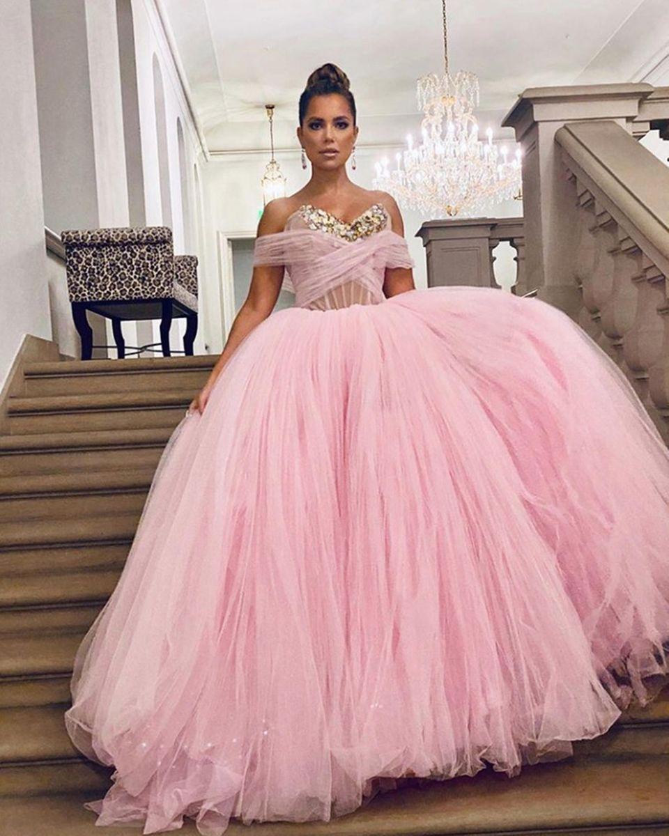Was für ein Blickfang: Auf dem diesjährigen Semperopernball in Dresden schwebt Moderatorin Sylvie Meiswortwörtlich auf Wolke Sieben. Ob diese Traumrobe aus rosafarbenen Tüllein Vorgeschmack auf ihr Hochzeitskleid ist? Das Kleid stammt jedenfalls von demselben israelischen Label, wie auch ihr Brautkleid: Galia Lahav.