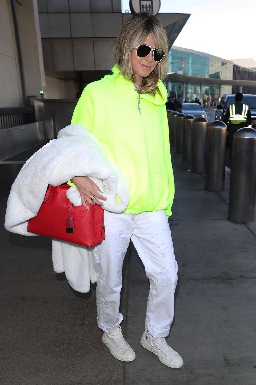 Wenn es eine beherrscht, dann Heidi Klum: In Sachen Mode hält sie gekonnt den Spagat zwischen Lässigkeit und Glamour. Im lässigen Oversized-Pullover und Schlabber-Hose sieht man sie wenige Stunden nach diesem Knaller-Auftritt am Flughafen ...