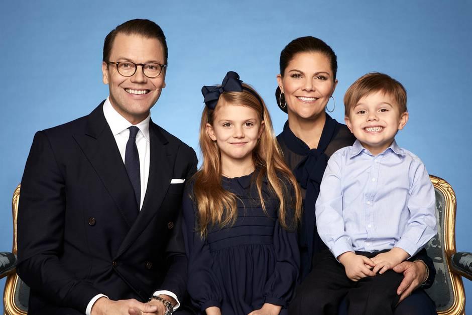 8. Februar 2020  Eine Familie macht blau! Nur farblich natürlich, für das neue offizielle Familienporträt habenPrinzessin Victoria, Prinz Daniel, Prinzessin Estelle und dersichtlich gut gelaunte Prinz Oscarihren Look perfekt aufeinander abgestimmt.