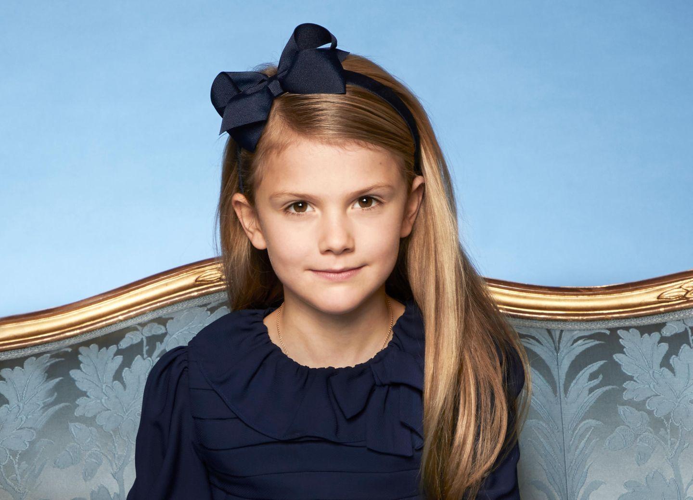 8. Februar 2020  Prinzessin Estelle bekommt sogar noch ihrganzeigenes neues offizielles Porträt. Natürlich mit Schleife im Haar, das ist schließlich fast schon ihr Markenzeichen.