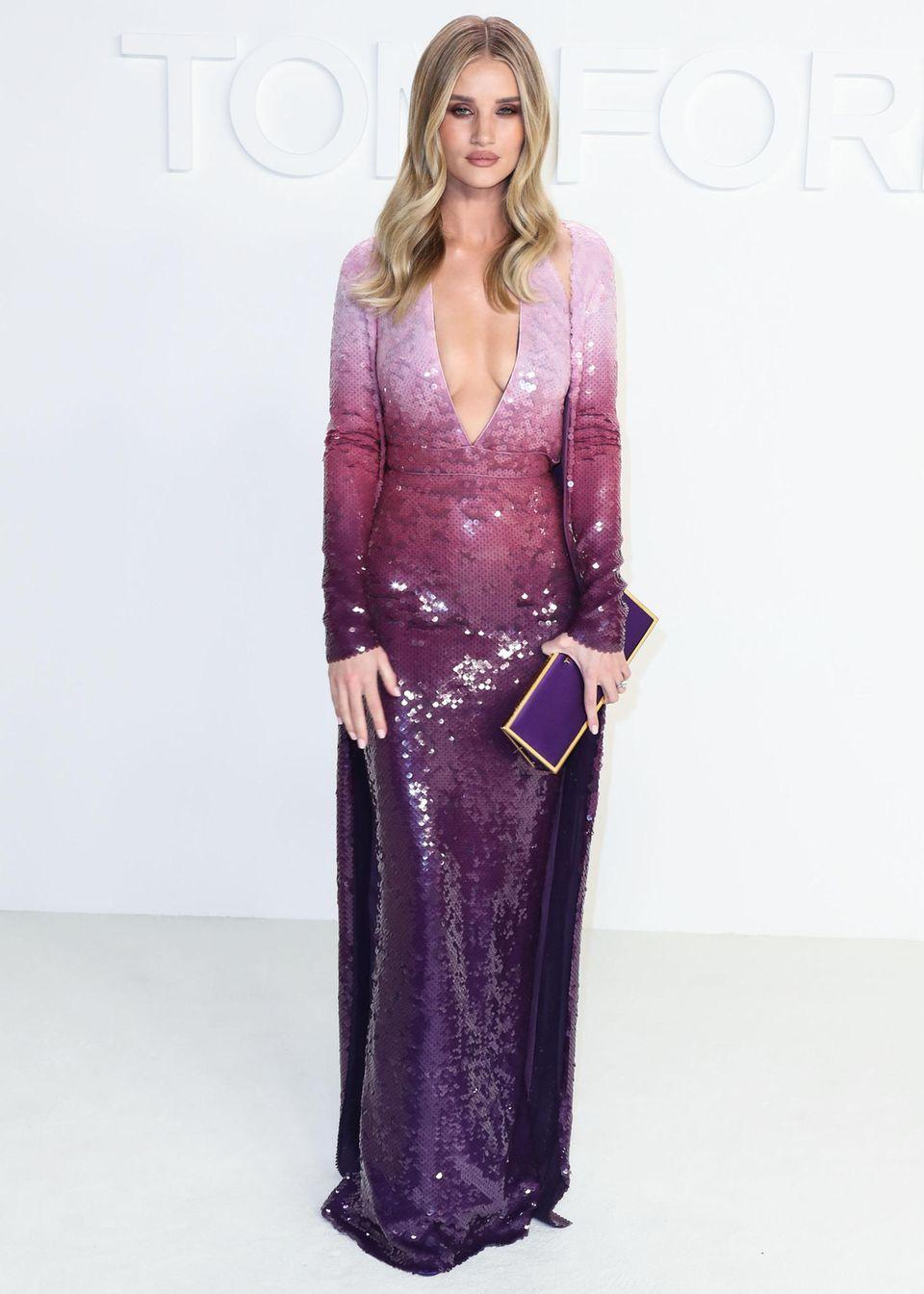 Für die Tom-Ford-Fashion-Show in New York zeigt sich Model und Schauspielerin Rosie Huntington-Whiteley in einem Pailletten-durchzogenen Kleid mit Farbverlauf und V-Ausschnitt.
