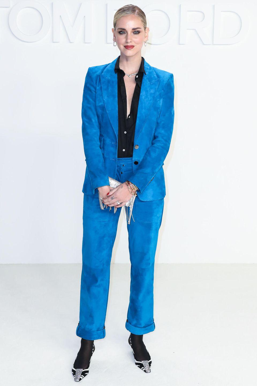 Auch Influencerin Chiara Ferragni darf nicht fehlen, wenn der erfolgreiche Modeschöpfer ruft. Sie erscheint in einem Hosenanzug in Batik-Optik.