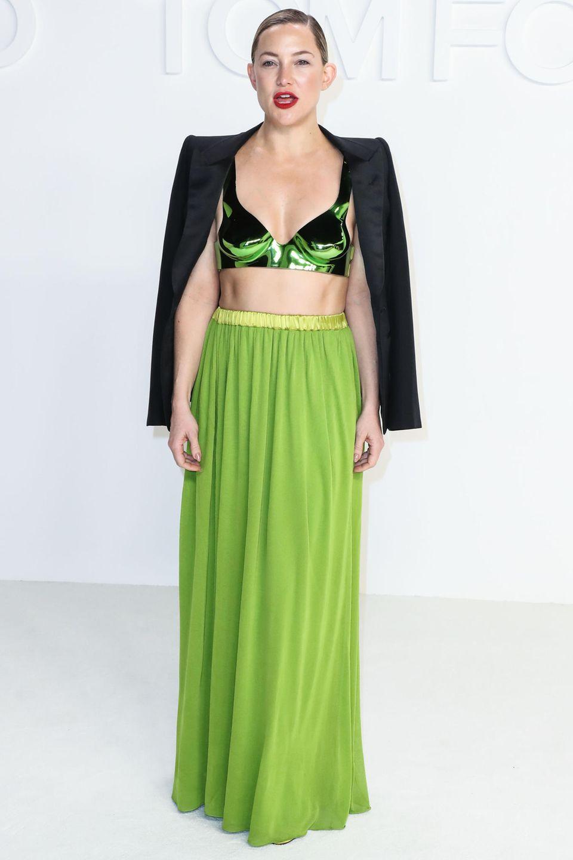 Was für eine trainierte Taille: Schauspielerin Kate Hudson weiß, wie sie stylish ihre schlanke Mitte in Szene setzen kann. In einem bodenlangen Faltenrock in Grasgrün und einem BH schafft sie die perfekte Balance zwischen Haut und Textil.