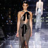 Bella Hadid verzaubert in einer sexy Glitzer-Robe mit Cut-Outs und Schleifen-Details.