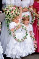 Prinzessin Beatrice und Prinzessin Eugenie 1993 als Blumenmädchen auf der Hochzeit ihrer ehemaligen NannyAlison Wardley.