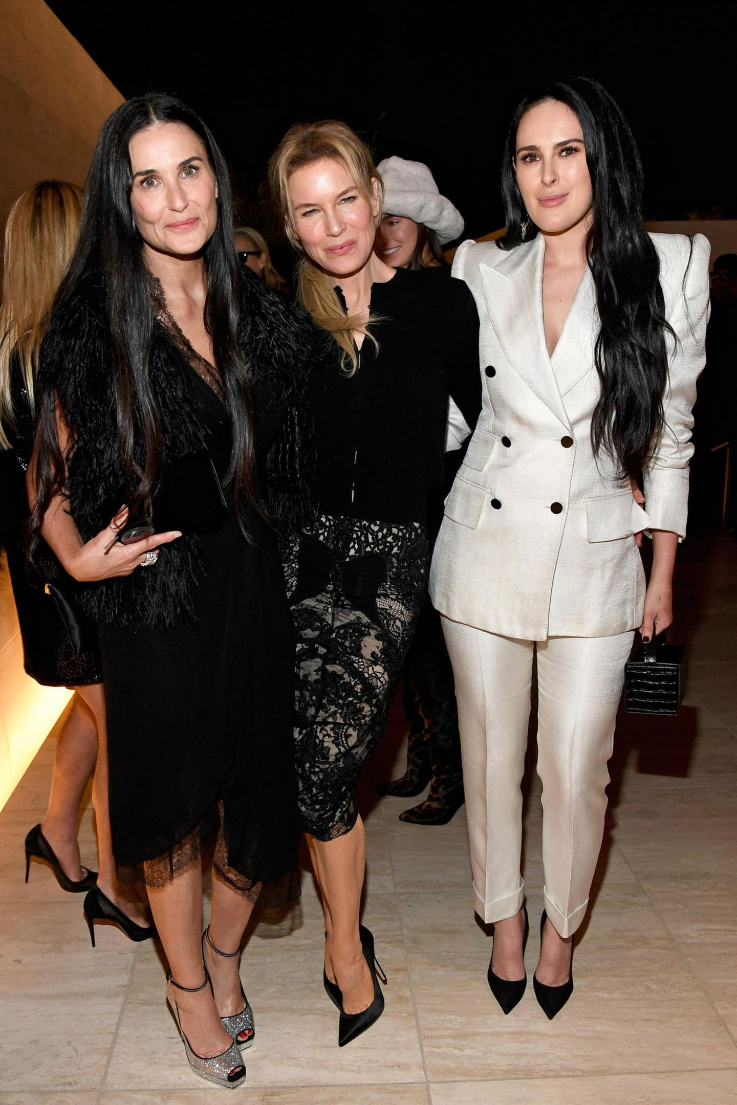 7. Februar 2020  Demi Moore, Renée Zellweger und Rumer Willis sind als stylisches Schwarz-Weiß-Trio bei Tom Ford unterwegs.