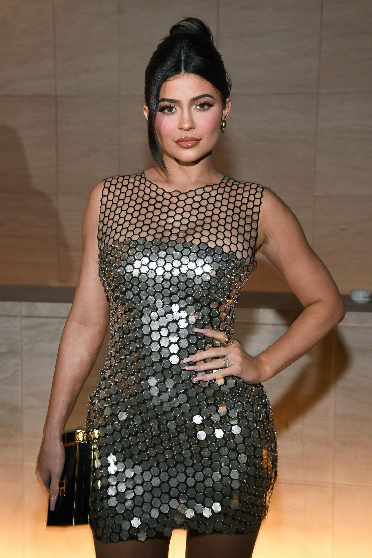 7. Februar 2020  Kylie Jenner zeigt sich beim Cocktailempfang im passenden Cocktaildress.