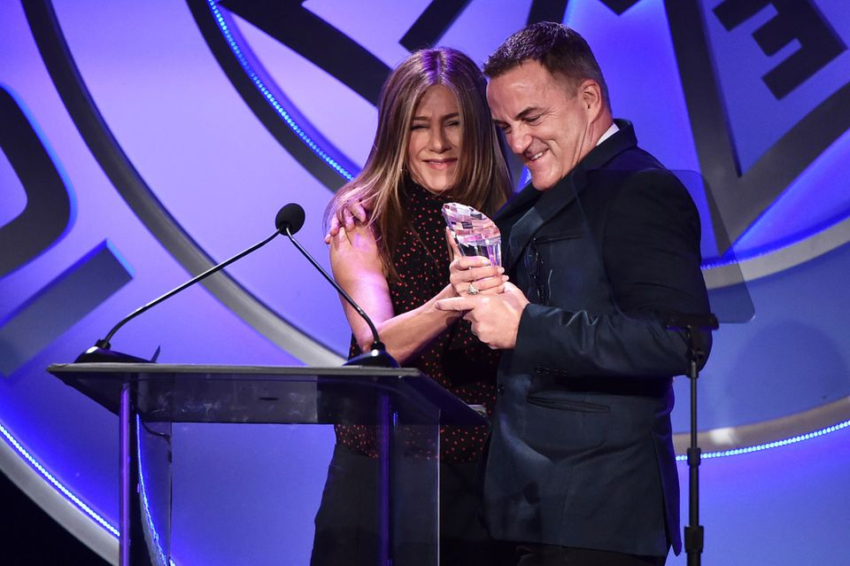 7. Februar 2020  Geteilte Freude ist doppelte Freude: Jennifer Aniston freut sich sichtlich, ihrem langjährigen Publizisten und Freund Stephen Huvane bei den IGC Publicists Awards in Beverly Hills den Preis für seine erfolgreiche Karriere überreichen zu können.