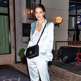 Zum Flaunt & Zadig & Voltaire Fashion Event in New York erscheint Katie Holmes in einem Satin-Zweiteiler in Pastell-Blau.