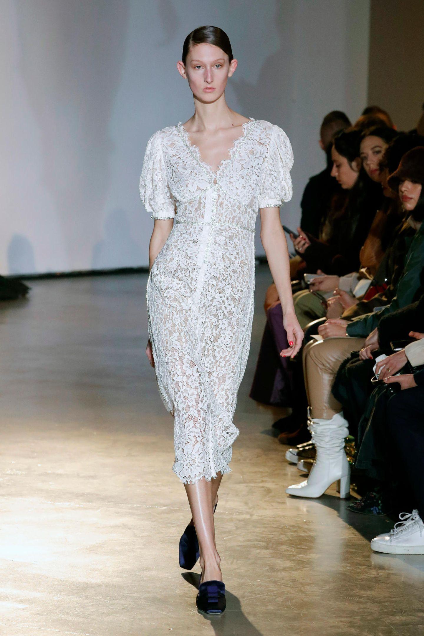 Vor allem diese Robe aus weißer, durchgehender Spitze mit Puffärmeln und V-Ausschnitt dürfte den Geschmack von Herzogin Kate treffen.