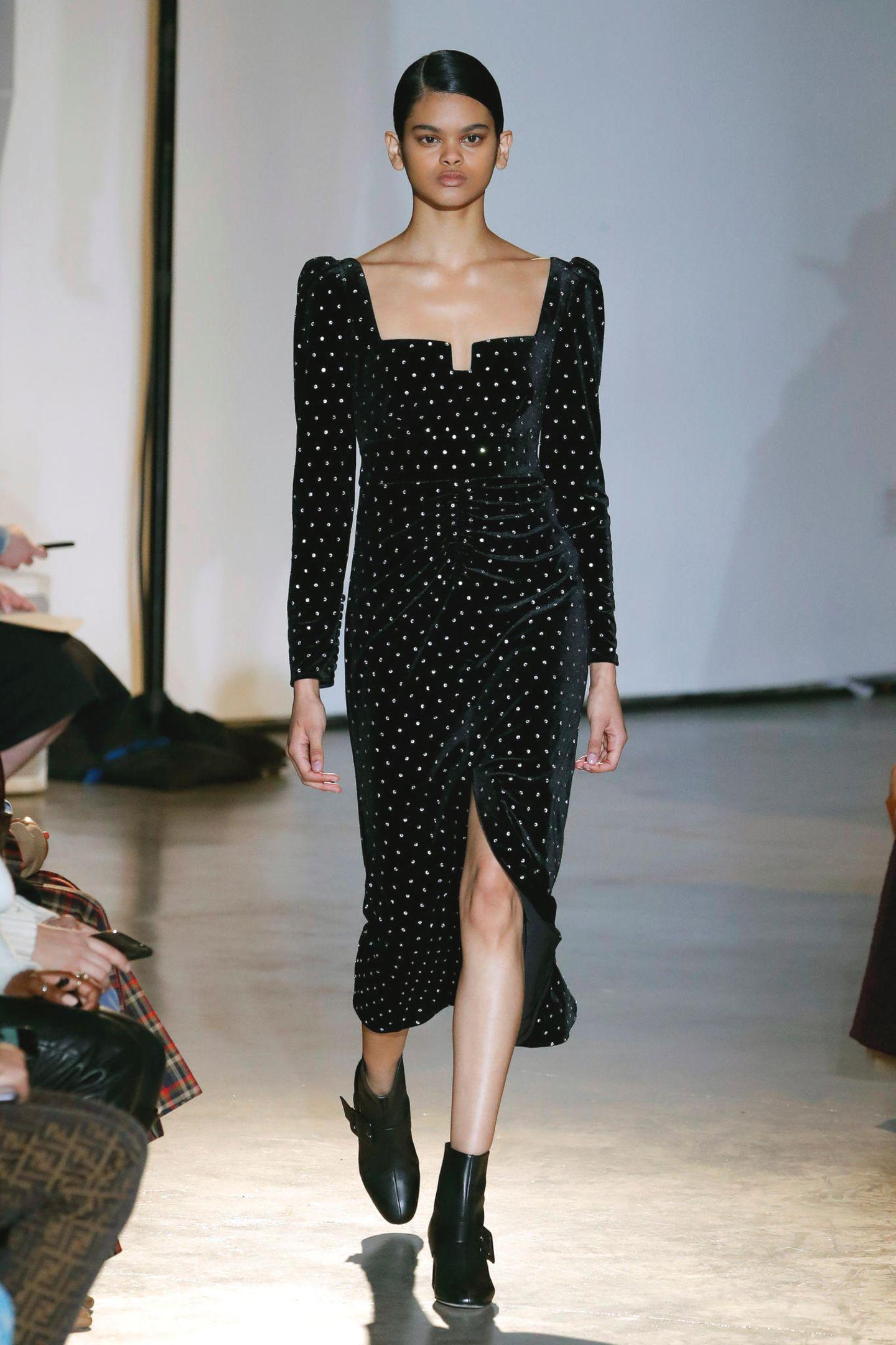 Während der Fashion Week in New York präsentiertHan Chong, der Designer hinter dem ErfolgslabelSelf-Portrait die neue Herbst-/Winter-Kollektion. Das Label stoßt vor allem bei denRoyals, wie Herzogin Kate oder Herzogin Meghan, auf große Begeisterung. Ob wir sie bald mit einerdieser Runway-Designs sehen werden?