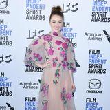 Kaitlyn Dever bringt mit ihrem Valentino-Kleid den Frühling auf den blauen Teppich der Independent Spirit Awards.