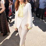 Marisa Tomei strahlt im lässigen Anzug von Petar Petrov.