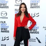 Moderatorin Aubrey Plaza hat schon richtig gute Laune. Und die bereitet uns auch ihr rot-schwarzer Anzug von Alexander McQueen.