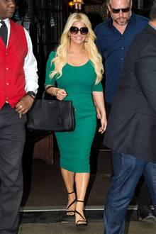Im Jahr 2015 strahlt die hübsche Blondine in einem Etuikleid und setzt ihre schmale Taille in den Mittelpunkt.