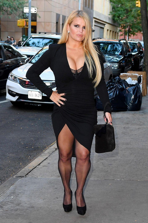 Im September2019hat Jessica Simpson deutlich mehr Rundungen, die sie in einem tiefdekolletierten Mini-Kleid und Beinschlitz gekonnt in Szene setzt.