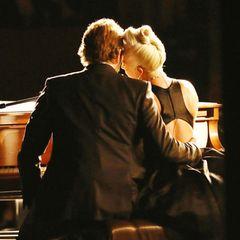 """2019: Intimität pur  Das unglaublich emotionale Duett von Bradley Cooper und Lady Gaga lässt die Gerüchteküche brodeln, ob die beiden sich bei den Dreharbeiten zu """"A Star Is Born"""" nicht doch verliebt haben."""