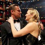 """2016: Kate Winslet ist die erste Gratulantin!  Leonardo und Kate sind seit den Dreharbeiten zu """"Titanic"""" dicke Freunde. Die Freude über Leos ersten Oscar wird natürlich geteilt"""