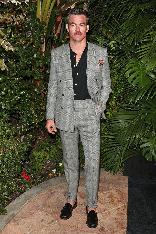 Chris Pine zeigt sichbeim Chanel-Dinner ganz lässig.