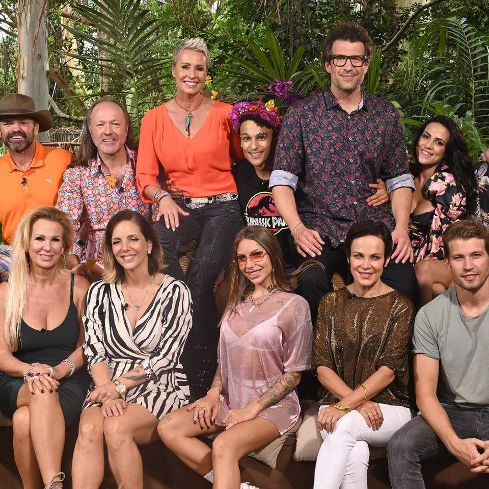 Sonja Zietlow, Daniel Hartwich und Dr. Bob mit den Dschungelcampern 2020 beim großen Wiedersehen