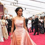 Glamour pur in Rosé: Regina King trägt Atelier Versace.