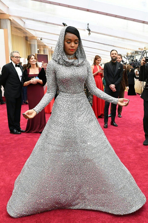 Ein verdeckter Traum in Silber: Janelle Monae zeigt sich im Red-Carpet-Look von Ralph Lauren.
